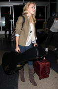 http://img283.imagevenue.com/loc28/th_84481_Emily_Osment_at_LAX_Airport8_122_28lo.jpg